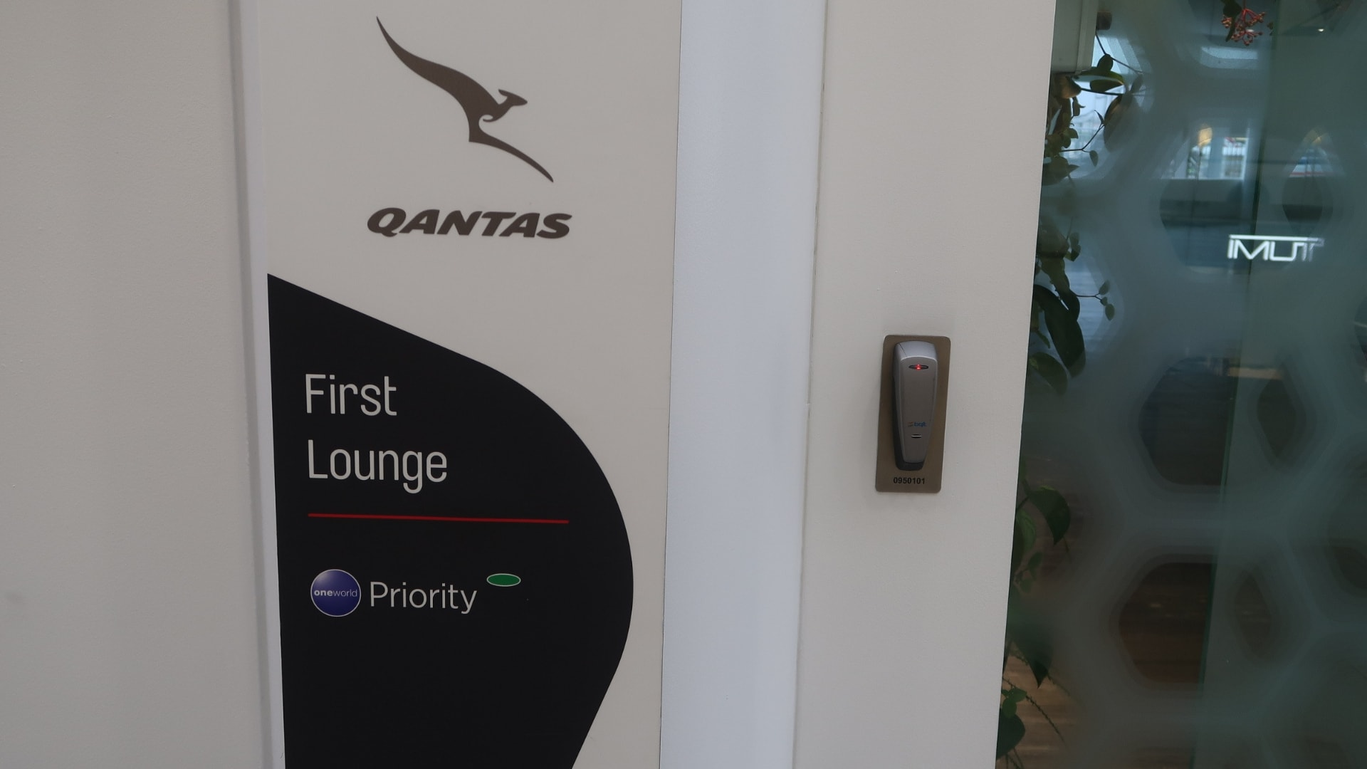 qantas first class lounge sydney entry sign