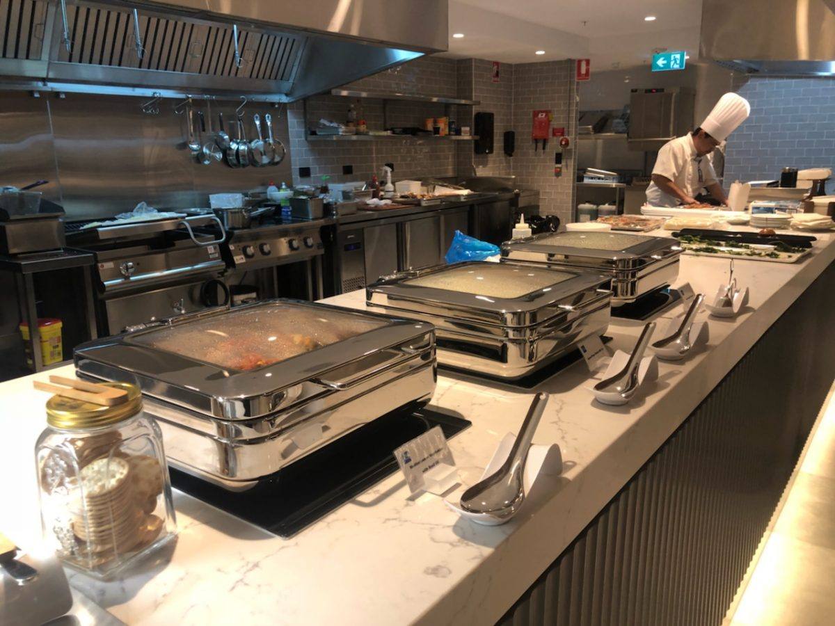 American Express Lounge, Sydney Airport: Buffet and live cooking station