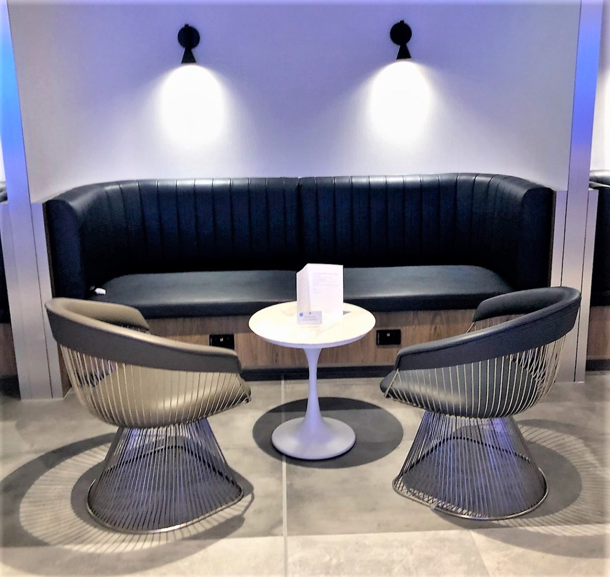 American Express Lounge, Sydney Airport: Long-table seating