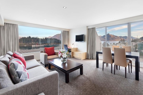 Crowne Plaza Queenstown king suite bed