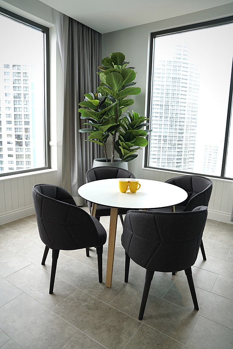 voco gold coast chairs and table